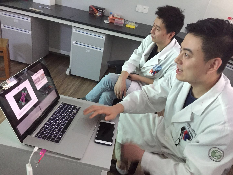 隋江东博士正在做报告